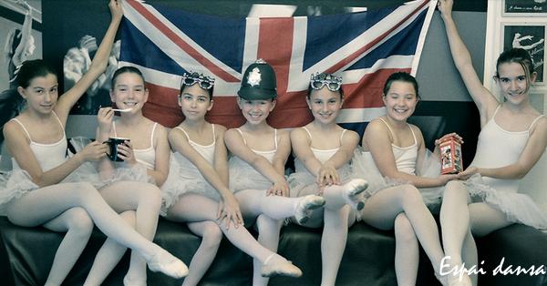 ballarines davant bandera Anglaterra